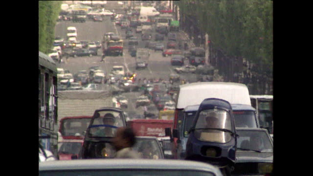 vídeos de stock, filmes e b-roll de gvs of heavy traffic on rue de l'arc-de-triomphe; 1989 - 1980 1989