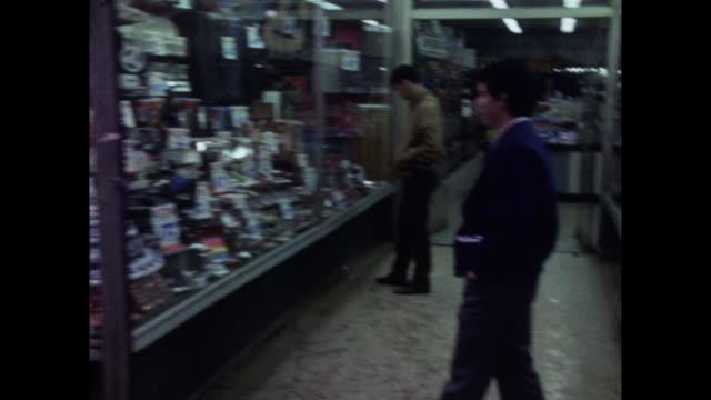 vídeos y material grabado en eventos de stock de gvs of people shopping in new york city; 1971. - 1971