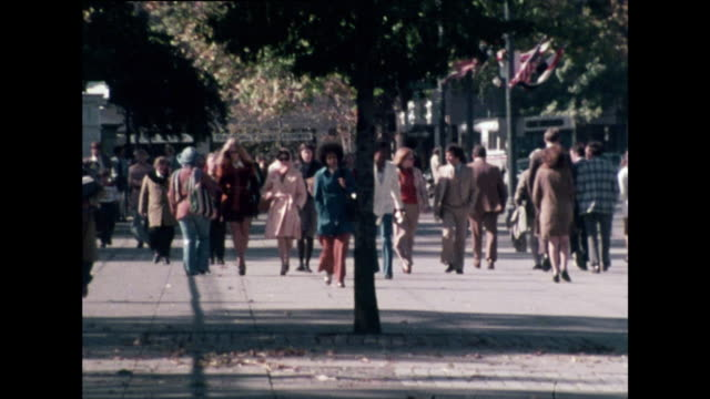 vídeos de stock e filmes b-roll de gvs of people walking along washington d.c. streets; 1976 - 1976