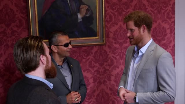 gvs of prince harry speaking to us veteran ivan castro and uk veteran karl hinnet at a heads together event at king's college london. followed by... - キングスカレッジ点の映像素材/bロール