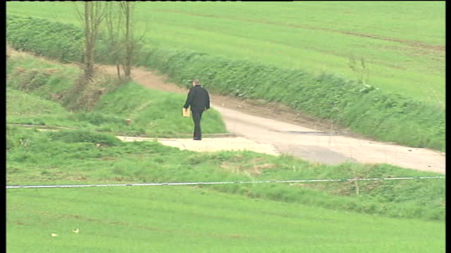 vídeos y material grabado en eventos de stock de gvs of scene where parts of a torso were found in hertfordshire; various long shots of police officers and vehicles in country lane where part of... - torso