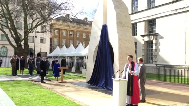 vídeos de stock, filmes e b-roll de gvs of the queen unveiling a national memorial to mark the efforts of those who served in iraq and afghanistan including service from right revd... - monumento comemorativo