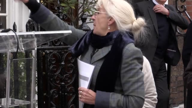 gvs of the unavailing of the blue plaque in honour of sir john gielgud at his former home in london with dame judi dench john miller sir david hare... - john gielgud stock videos & royalty-free footage