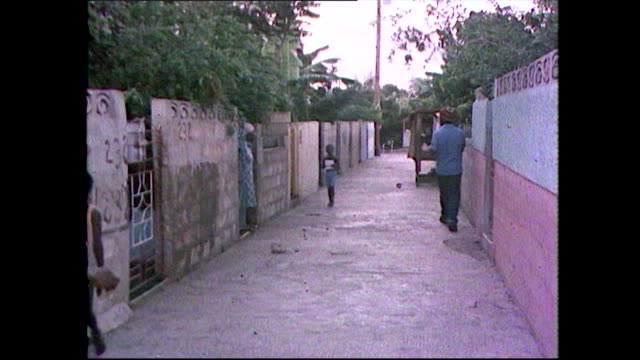 vídeos de stock e filmes b-roll de gvs of trench town slums in jamaica; 1981 - povo jamaicano