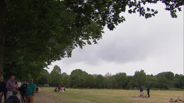 vidéos et rushes de gvs people in clapham common; england: london: wandsworth / lambeth: clapham common: ext gvs pub takeaway kiosk / gvs groups sitting in park / people... - lambeth