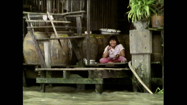 gvs people living life alongside canal in bangkok; 1989 - cross legged stock videos & royalty-free footage