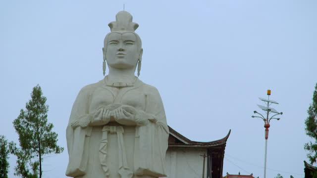 gvs silk mother statue, chengdu, china - weibliche figur stock-videos und b-roll-filmmaterial