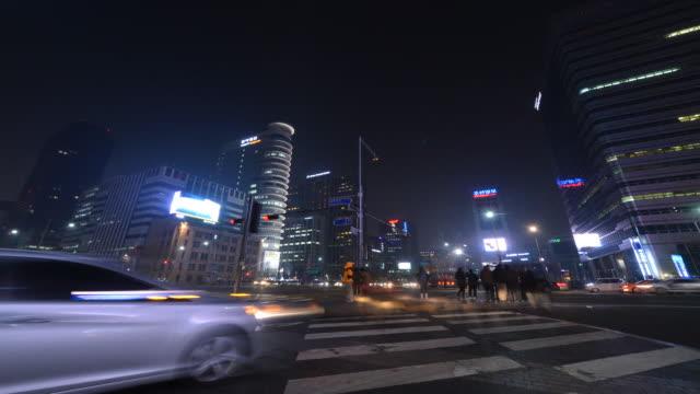 vidéos et rushes de gwanghwamun downtown intersection at night - carrefour