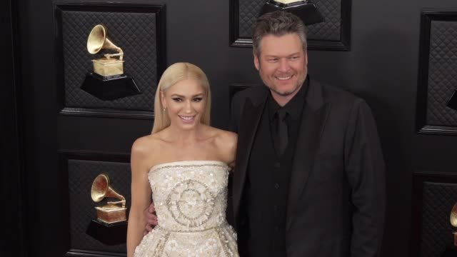 vídeos de stock e filmes b-roll de gwen stefani and blake shelton at the 62nd annual grammy awards - arrivals at staples center on january 26, 2020 in los angeles, california. - prémios grammy
