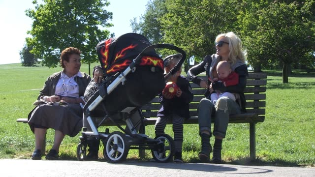 Gwen Stefani Gavin Rossdale enjoy their first day back in the UK by going for a stroll with their children in a North London park SIGHTED Gwen...