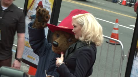 gwen stefani poses with paddington bear at 'paddington' los angeles premiere at arclight cinemas cinerama dome on january 10, 2015 in hollywood,... - cinerama dome hollywood stock-videos und b-roll-filmmaterial