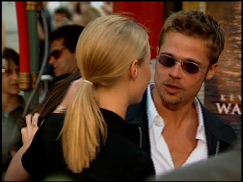 gwyneth paltrow and brad pitt at the 'waterworld' premiere at grauman's chinese theatre in hollywood, california on july 26, 1995. - 1995 bildbanksvideor och videomaterial från bakom kulisserna