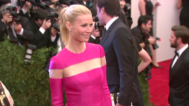 """gwyneth paltrow at """"punk: chaos to couture"""" costume institute gala at metropolitan museum of art on may 06, 2013 in new york, new york - グウィネス・パルトロー点の映像素材/bロール"""