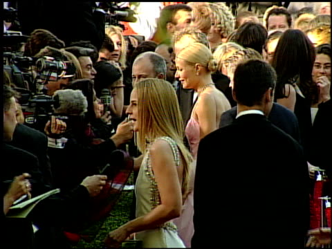 vídeos y material grabado en eventos de stock de gwyneth paltrow at the 1999 academy awards at the shrine auditorium in los angeles california on march 21 1999 - 71ª ceremonia de entrega de los óscars
