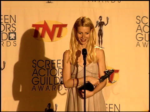 stockvideo's en b-roll-footage met gwyneth paltrow at the 1999 screen actors guild sag awards at the shrine auditorium in los angeles california on march 7 1999 - screen actors guild awards