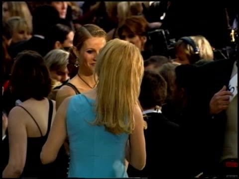 vídeos de stock, filmes e b-roll de gwyneth paltrow at the 2002 academy awards at the kodak theatre in hollywood california on march 24 2002 - 2002