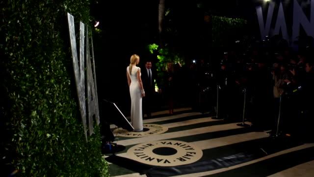 vídeos de stock, filmes e b-roll de gwyneth paltrow at the 2012 vanity fair oscar party hosted by graydon carter - inside party at west hollywood ca. - graydon carter
