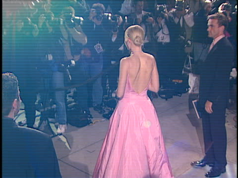 vídeos y material grabado en eventos de stock de gwyneth paltrow at the academy awards vanity fair party 99 at mortons, west hollywood in west hollywood, ca. - 1999