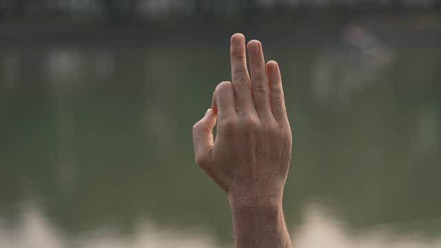 gyana mudra posizione delle dita - human finger video stock e b–roll