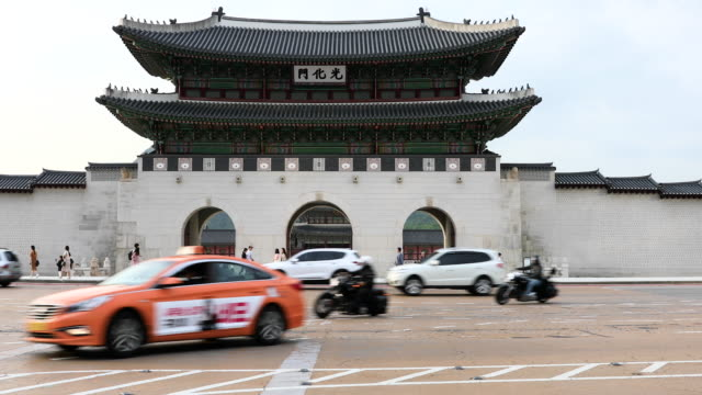 gyeongbokgung palace large gate and traffic in front of it , seoul, south korea - cancello video stock e b–roll