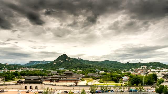 gyeongbokgung palace with bugaksan mountain / jongno-gu in seoul, south korea - bergsvägg bildbanksvideor och videomaterial från bakom kulisserna