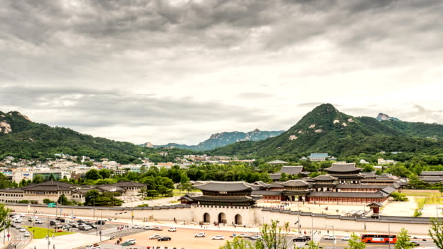 gyeongbokgung palace with bugaksan mountain / jongno-gu in seoul, south korea - 岩肌点の映像素材/bロール