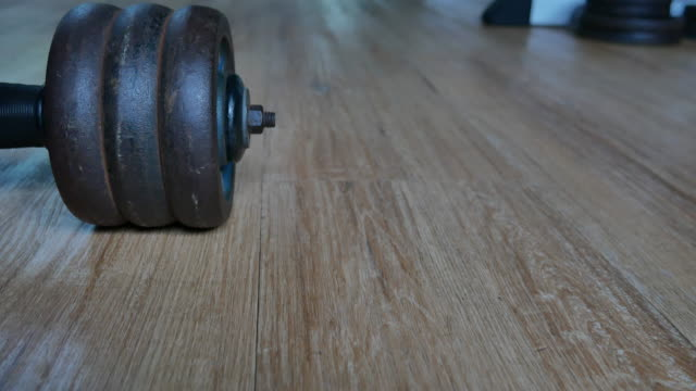 vídeos de stock e filmes b-roll de gym equipment,dumbbell - musculação com peso