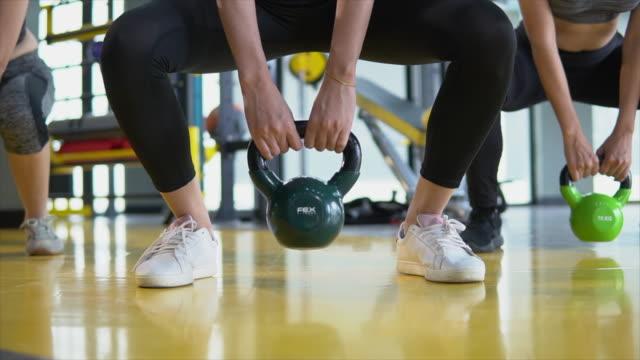 vídeos y material grabado en eventos de stock de gimnasio de clase de ejercicios pesas kettlebells - columpiarse