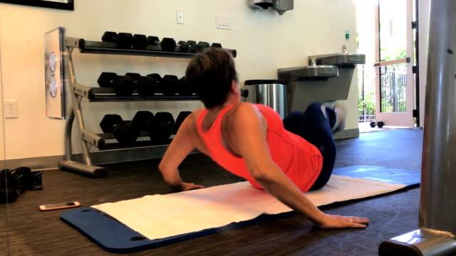 stockvideo's en b-roll-footage met sportschool - menselijke rug