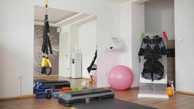 vídeos de stock, filmes e b-roll de ginásio sem pessoas - equipamento para exercícios