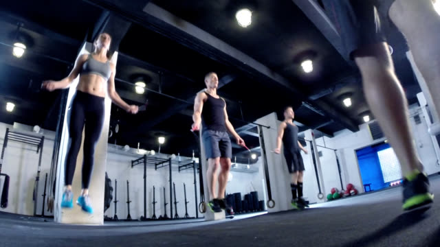 crossfit.  training mit dem springseil - sporthalle stock-videos und b-roll-filmmaterial