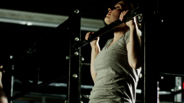 crossfit training in einem fitnessstudio - kopf nach hinten stock-videos und b-roll-filmmaterial