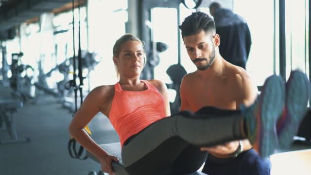 vídeos y material grabado en eventos de stock de de ejercicios en el gimnasio. - press de banca