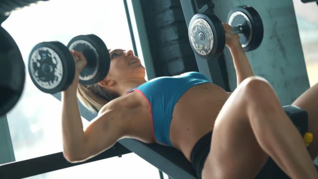 stockvideo's en b-roll-footage met de training van de gymnastiek. - grote borstspier