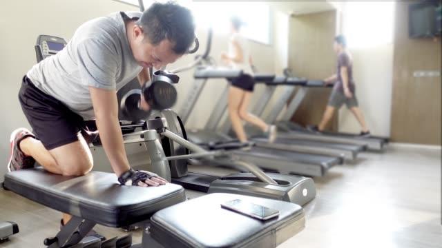 vídeos y material grabado en eventos de stock de de ejercicios en el gimnasio. - remar