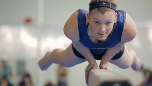 ms gymnast balancing body on balance beam / vancouver, british columbia, canada - nur weibliche teenager stock-videos und b-roll-filmmaterial