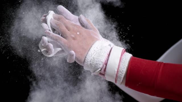 vídeos y material grabado en eventos de stock de mo gimnasta de san luis obispo de las palmas de las manos envuelven juntos calcáreo - magnesio