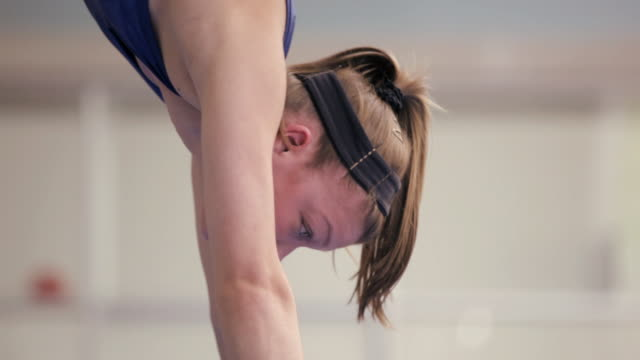 vidéos et rushes de  ms gymnast performing hand stand on balance beam / vancouver, british columbia, canada - justaucorps