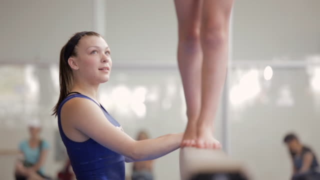 vidéos et rushes de  ds gymnast watching another on balance beam / vancouver, british columbia, canada - justaucorps