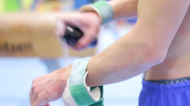 gymnastik athlet anwendung cooling spray an seiner hand - menschlicher muskel stock-videos und b-roll-filmmaterial