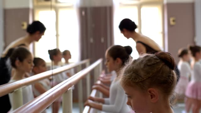 stockvideo's en b-roll-footage met gymnastiek bar stretching tijd - balletdanser
