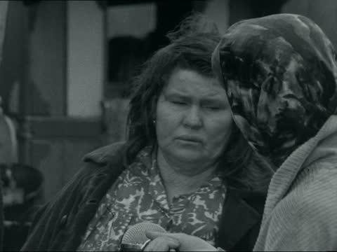 vidéos et rushes de gypsies in kent; england: kent: ext reporter liz kenrick to camera gvs traveller camp site and caravans unidentified parish councillor interview sof... - minorité