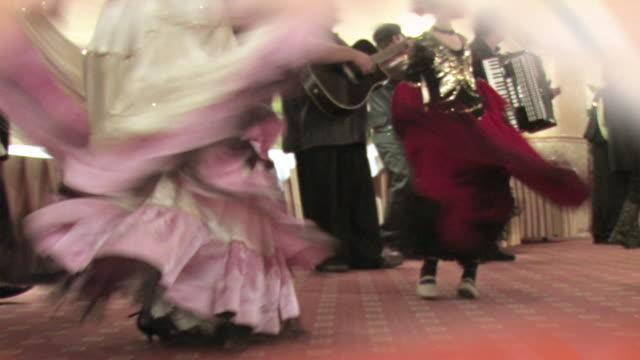vídeos de stock e filmes b-roll de dançarinos de cigano - camisa com folhos