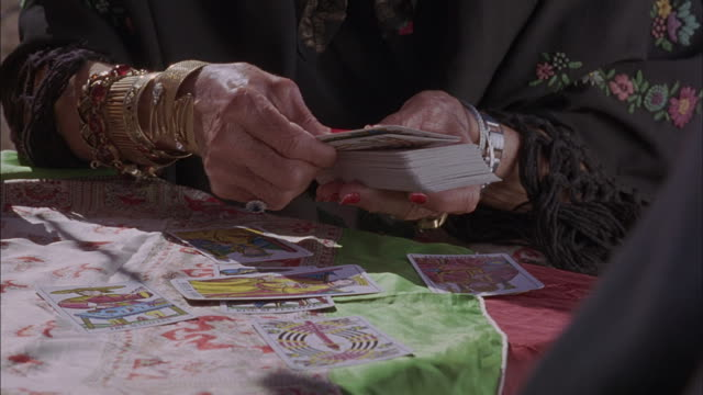 stockvideo's en b-roll-footage met a gypsy deals tarot cards. - medium filmcompositietype