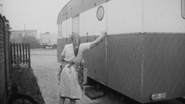 vidéos et rushes de 1972 montage gypsy doing daily chores in house trailer / bushey, england, united kingdom - minorité