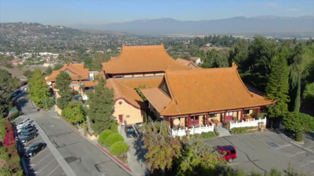 stockvideo's en b-roll-footage met hacienda heights, ca, u.s. - aerial view of hsi lai temple on tuesday, november 26, 2019. fo guang shan hsi lai temple is a mountain monastery in the... - puente
