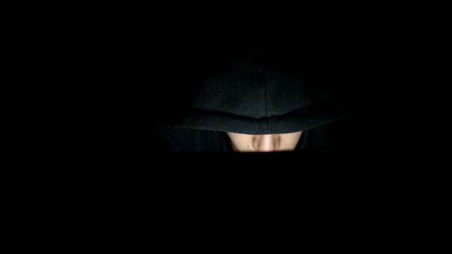 hacker offensiver internet - computerhacker stock-videos und b-roll-filmmaterial