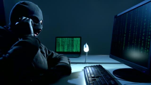 vídeos de stock e filmes b-roll de hacker  blackmailing - conspiração