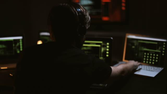 stockvideo's en b-roll-footage met hacker in zijn kantoor - bedreiging