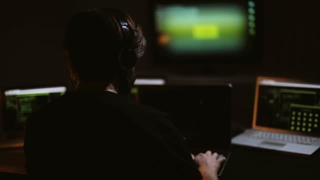 hacker in seinem zimmer - spion stock-videos und b-roll-filmmaterial